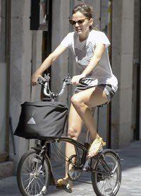 Elena Anaya se mantiene en forma paseando en bicicleta por Madrid
