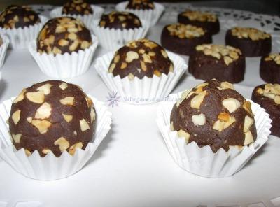 Bombones de chocolate negro con almendras