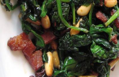 Espinacas salteadas con bacon y piñones