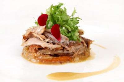 Paletilla de conejo en escabeche con ensalada