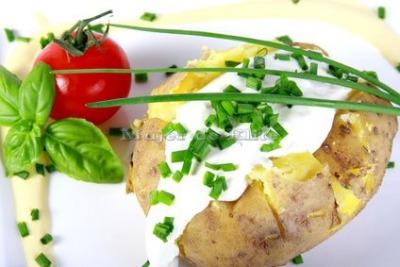 Patatas asadas con salsa de queso y hierbas