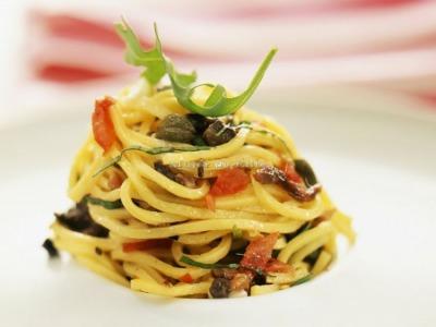 Ensalada de pasta con tomates frescos y salsa balsámica
