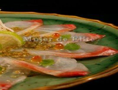 Sashimi fino de dorada con aliño de soja y pimienta verde