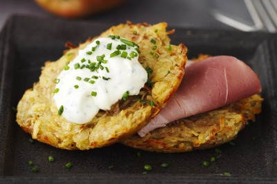 Patatas al horno con manzanas, jamón cocido y crema de cebollino