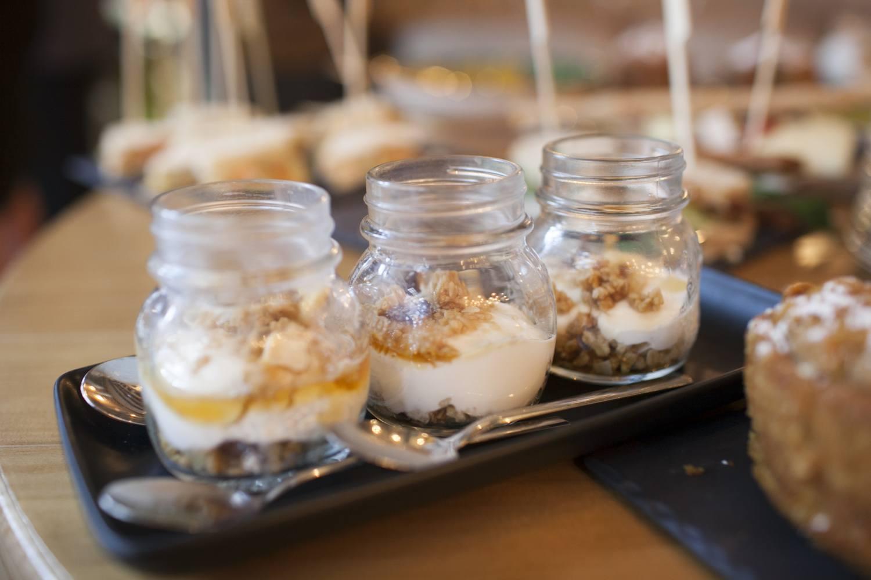Postre de yogur con avena y frutos secos