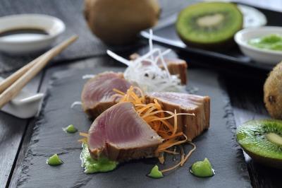 Tataki de atún con wasabi de kiwi