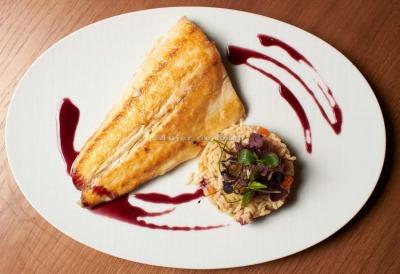 Lubina salvaje con arroz arbóreo de hongos shiitake y reducción de vino tinto