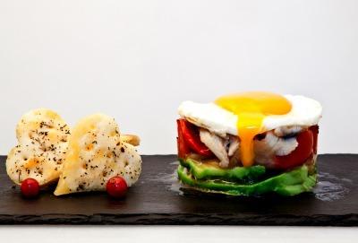 Tapa de huevo con boquerones en vinagre, aguacate y parrillada de verduras