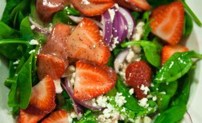 Ensalada de aguacate, fresas y espinacas