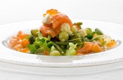 Ensalada de verduras al vapor con salmón ahumado