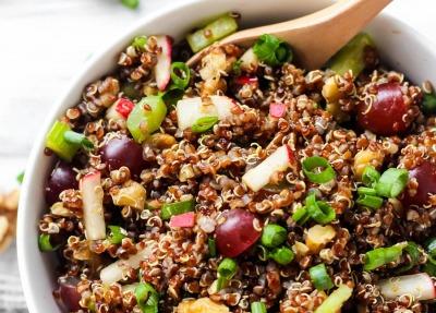 Ensalada de quinoa al curry con uvas y nueces