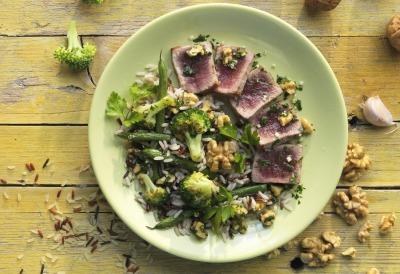 Lomos de atún con arroz salvaje vegetariano y vinagreta de nueces