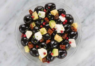 Aceitunas negras aliñadas con queso de cabra y aguacate
