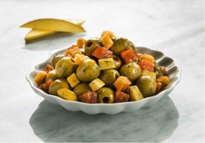 Aceitunas aliñadas con salmón ahumado y mango