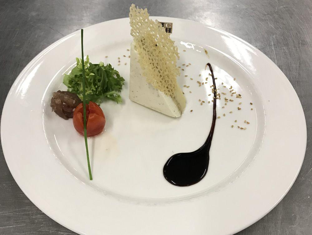 Mosaico de foie con queso de cabra y compota de manzana