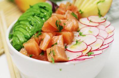 Poke de salmón, arroz basmati, aguacate, rábanos y manzana