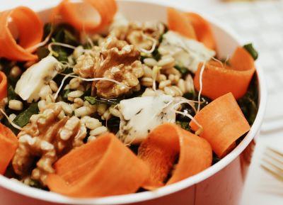 Ensalada de trigo, espinacas, gorgonzola y nueces