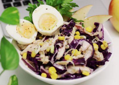 Ensalada de lombarda, maíz, manzana, pollo y huevo cocido