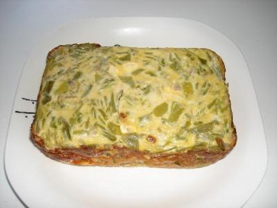 Pastel de judias verdes  y cebolla con salsa de piquillos