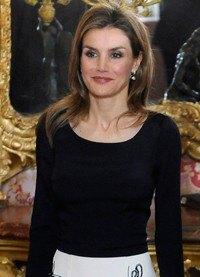 Letizia Ortiz deslumbra en blanco y negro en el almuerzo previo a la entrega del Premio Cervantes