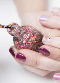 ¿Manicura glitter o nude? ¡Elige la que va contigo!